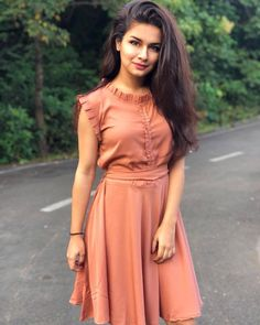 Avneet Kaur About: Avneet Kaur is an Indian television She started her car. Frock For Teens, Frock For Women, Simple Frocks, Casual Frocks, Sleeves Designs For Dresses, Dress Neck Designs, Blouse Designs, Frock Fashion, Fashion Dresses