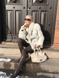 Snup en pels på både til hverdag og fest. Den sætter prikken over Iét til både jeans og en smuk kjole, så du stråler endnu mere.