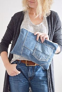 This trendy denim with cotton lining and plastic zipper is great for your everyday essentials. Perfect for carrying keys, mobile phoneCreative ways to old jeans upcycles ideas 1 - Sinergy IdeasCurrently, the majority of people begin to become mindful Diy Jeans, Sewing Jeans, Artisanats Denim, Denim Purse, Distressed Denim, Denim Armband, Jeans Recycling, Jean Diy, Denim Crafts