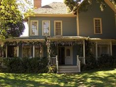 My ultimate dream home.. Where the Gilmore girls live! <3 Beautiful.. I wish it was real!!