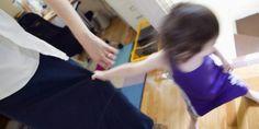 5 razones por las que la crianza moderna está en crisis, según una niñera británica