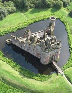 Watch Caerlaverock Castle, Scotland.... http://destinations-for-travelers.blogspot.com.br/2013/06/castelo-caerlaverock-dumfries-escocia.html More