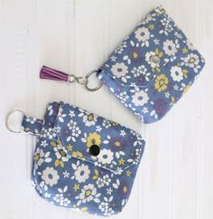 A small coin purse with a key ring for holding a few essentials on the go. How to sew Coin Purse Pattern, Coin Purse Tutorial, Zipper Pouch Tutorial, Purse Patterns, Sewing Patterns, Tote Tutorial, Wallet Pattern, Tote Pattern, Sewing Projects For Beginners