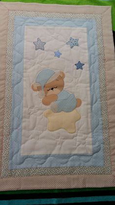 Learn how to make cute blankets with the patchwork technique ~ lodijoellaThis post was discovered by Vi Boys Quilt Patterns, Applique Quilt Patterns, Baby Boy Quilts, Girls Quilts, Baby Sewing Projects, Quilting Projects, Cute Blankets, Baby Sheets, Cot Quilt