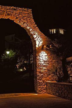 Pueblo Acantilado Outdoor // Arco de piedra acceso Pueblo Acantilado Suites