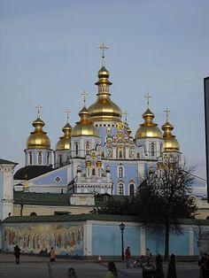 Михайловский златоверхий монастырь в Киеве, несмотря на основание в 1113 году, является одним из наиболее ярких примеров украинского барокко