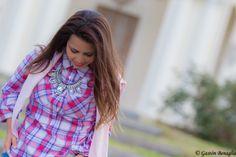 www.esteesmilook.com camisa leñadora con Maxi collar en cristal y saco rosa