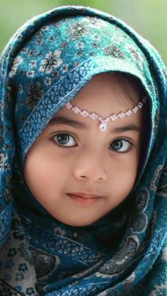 A portrait of a young baby girl in arabic dress Precious Children, Beautiful Children, Beautiful Babies, Kids Around The World, People Of The World, Baby Kind, Baby Love, Little People, Little Girls