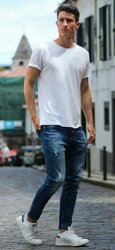 From that fit too big to jeans that are too tight, these are the common denim mistakes to avoid. White Tshirt And Jeans, White Tshirt Outfit, How To Wear White Jeans, Jeans And T Shirt Outfit, Denim Shirt Men, White Shirts, Style Tumblr, Jean Shirts, Outfits
