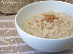 Porridge d'avena 50 gr di fiocchi d'avena 125 ml di acqua 125 ml di latte 1 pizzico di sale 1 cucchiaino miele 1 pizzico di cannella In un pentolino portiamo a bollore l'acqua con un pizzico di sale. Spegnamo e versiamo l'acqua bollente sopra ai fiocchi d'avena, mescoliamo brevemente e lasciamo idratare i fiocchi per 10 minuti. Andiamo ai fornelli e cuociamo i fiocchi per 3-5 minuti a fiamma medio-bassa, aggiungendo la dose di latte poco alla volta, mescolando. Gluten Free Recipes, New Recipes, Sweet Recipes, Real Food Recipes, Cooking Recipes, Favorite Recipes, Healthy Recipes, Overnight Porridge, Overnight Oatmeal