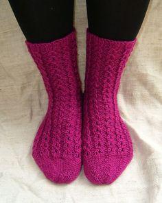 Langan päästä kiinni: Valepalmikkosukat Knitting Socks, Knit Socks, Yarn Colors, One Color, Colour, Knitting Projects, Leg Warmers, Mittens, Knit Crochet