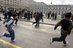 Un grupo de jóvenes se enfrentó hoy con Carabineros (Policía militarizada) en los alrededores de una universidad en Santiago de Chile, en el marco del Día del Joven Combatiente, que conmemora la muerte de dos jóvenes hermanos durante la dictadura. Ver más en: http://www.elpopular.com.ec/48950-nuevos-disturbios-en-santiago-en-el-dia-del-joven-combatiente.html?preview=true