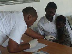 #Visitamedica | Regali solidali | Superegali  Per tenere sempre sotto controllo la salute del bambino.    Ad Haiti, come in altri paesi in cui operiamo, mettiamo a disposizione della popolazione medici esperti e competenti.    Regala questa opportunità