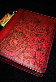 Cranberry Red Franklin Quest Leather Planner Cover by Behennaed. with woodburning tool, so gorgeous. Leather Carving, Leather Art, Leather Books, Leather Tooling, Red Leather, Wood Burning Art, Leather Pattern, Leather Projects, Leather Journal