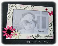 Cadre personnalisé pour photo 10x15. Thème arabesque, fleurs et papillons. Blanc, fuchsia et noir