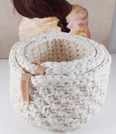 Las cestas son de las cosas más bonitas que pueden hacerse con trapillo . Puedes tejerlas combinando diferentes puntos, redondas, cuadra...