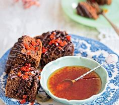 Pão de mel com calda de pimenta dedo-de-moça | Honey cake with pepper syrup (Foto: Elisa Correa/Editora Globo)