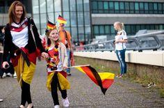 Die deutschen Fans empfangen die Fußball-Weltmeister - die Bilder von der Berliner Fanmeile und dem Flughafen Tegel. Foto: dpa