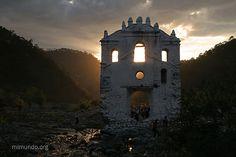 Huehuetenango ubicado a 266 kms. de la ciudad de Guatemala.  El centro de actividades es la plaza central, rodeada por el ayuntamiento, la iglesia colonial y varias edificaciones de estilo neoclásico.  En la plaza central hay un mapa en relieve de casi 30 metros cuadrados.
