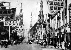 The banner-filled Nanking Road, Shanghai, in the 1930s.  (El Kim dedica una tarde al principio del capítulo sexto a comprar ropa en esta calle)