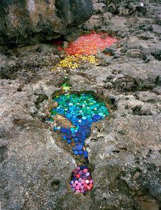 Alejandro Duran crée des oeuvres dans la Nature pour dénoncer la pollution.