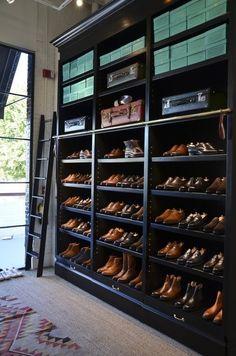 Si tu mejor inversión son los zapatos aunque seas hombre puedes darle una vista maravillosa y asegurarte que tus pesos están a buen resguardo