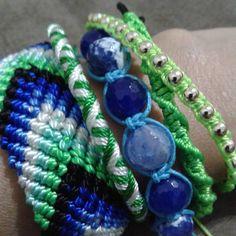 Mix de pulseiras em macrame com pedras naturais importada azuis. <br>Fecho de amarrar