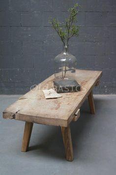 Slagerstafel 20077 - Robuuste oude slagerstafel, het houten blad heeft een geleefde uitstraling. Een stoere salontafel met een stevig onderstel.