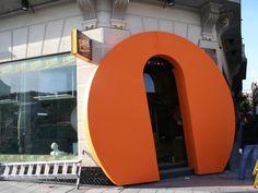 Letra Gigante del Logo FOX, interpretada como Reclamo de Entrada a la FOX Store. Diseño y Realizaión: www.troppovero.com