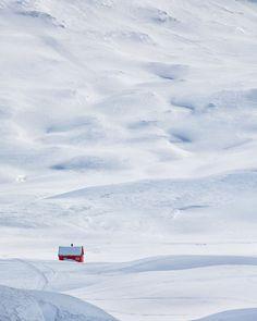 petite cabine rouge dans la neige (by Tord Andre Oen) I Love Snow, I Love Winter, Winter Snow, Winter Time, Winter Scenery, Winter Beauty, Winter House, Winter Cabin, Little Houses