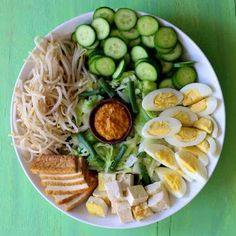 As an authentic and traditional Indonesian vegetarian recipe, gado gado salad is famous for its spicy peanut sauce and fried tofu. Indian Food Recipes, Asian Recipes, Vegetarian Recipes, Healthy Recipes, Healthy Food, Postres Filipinos, Gado Gado Recipe, Indonesian Cuisine, Vegetarian