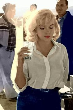 """normajeaned: """"Marilyn Monroe photographed in the set of The Misfits . - Entertainment - normajeaned: Marilyn Monroe photographed in the set of The Misfits - Old Hollywood, Hollywood Glamour, Classic Hollywood, Hollywood Actresses, Fotos Marilyn Monroe, Estilo Marilyn Monroe, Marilyn Monroe Style, Marilyn Monroe Outfits, Divas"""