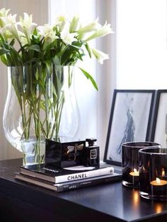 interior Decor details: B&W, fresh flowers, candles, sitting frames, coffee table books. Coffee Table Styling, Coffee Table Books, Estilo Floral, Interior Styling, Interior Decorating, Deco Floral, Deco Table, Home And Deco, Home Fashion
