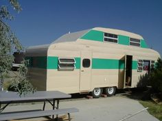 A two story vintage trailer! I didn't know they ever made two story trailers Old Campers, Vintage Campers Trailers, Retro Campers, Vintage Caravans, Camper Trailers, Retro Rv, Happy Campers, Vintage Motorhome, Shasta Trailer