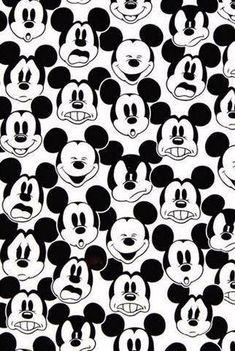 Denotan: Mickey Mouse, dibujos infantiles. Connotan: Infancia, diversión, felicidad.