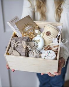 Where to hang the Christmas balls (other than on the tree)? Cheap Christmas Gifts, Christmas Gift Baskets, Christmas Gift Box, Cute Gifts, Holiday Gifts, Diy Gift Baskets, Gift Hampers, Homemade Gifts, Diy Gifts