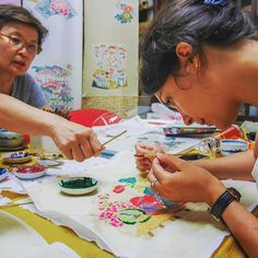 Atelier teinture Bingata avec Kayoko Yamamoto, une artiste talentueuse, maître en teinture Bingata, un des 5 arts d'Okinawa.  La teinture Bingata est un art très coloré qui nécessite de la patience et de la précision. Une belle expérience à vivre à l'atelier Okame Kōbō à Nakai, #Tokyo