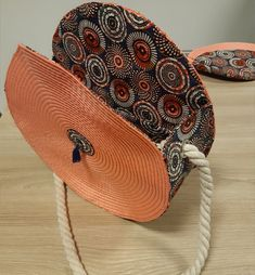 Handmade round bag – rnrnSource by Round Straw Bag, Round Bag, Diy Handbag, Diy Purse, Fashion Bags, Fashion Accessories, Sewing Online, Diy Sac, Diy And Crafts Sewing