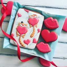 Valentine Cake, Valentines Day, Gingerbread Icing, Smiling Cat, Love Is In The Air, Sugar Art, Cat Face, Sweet Bread, Cake Cookies