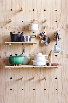 I'm loving this super cool DIY pegboard. Made out of plywood and drilled holes, this pegboard can be used in the kitchen, office or in a kid's playroom. Diy Furniture, Furniture Design, Kitchen Furniture, Pegboard Organization, Kitchen Organization, Diy Casa, Diy Home, Home Decor, Ideas Para Organizar
