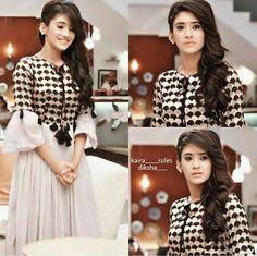 😍😍😍😍😍😍😍😍what a lovely dress Pakistani Dresses, Indian Dresses, Indian Outfits, Kurta Designs, Blouse Designs, Stylish Dresses, Casual Dresses, Dress Outfits, Fashion Dresses