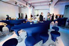 U-Boot Tisch mit blauer Stretchhusse und Z-Barhocker mit Stretchhusse.
