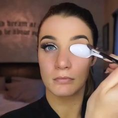 Another super easy way to do a Cut Crease with a plastic spoon @glam_makeup_videosby @beautifoles   @hudabeauty #hudabeauty @anastasiabeverlyhills #anastasiabeverlyhills