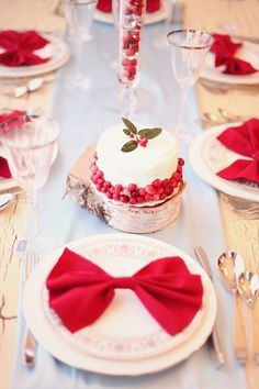 赤がテーマカラー♡ホリディシーズンにぴったりなweddingアイデアいっぱいにて紹介している画像