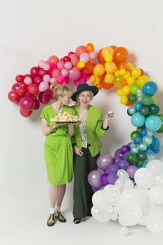 Rainbow arch made with balloons tutorial Rainbow Balloon Arch, Balloon Arch Diy, Balloon Backdrop, Balloon Garland, Diy Backdrop, Rainbow Decorations, Diy Party Decorations, Balloon Decorations, Rainbow Birthday Party