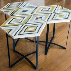 Conjunto de mesa lateral com 3 unidades. Tampos em mosaico de mármore, com acabamento polido e textura lisa. Acompanha as bases em ferro pintado.