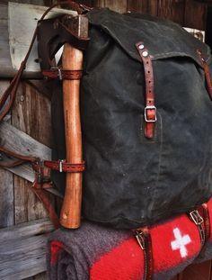 Swedish Army Canvas Rucksack with axe and *Swiss Army* wool blanket Bushcraft Skills, Bushcraft Gear, Bushcraft Camping, Camping Survival, Camping Gear, Trekking, Edc, Survival Tools, Wilderness Survival