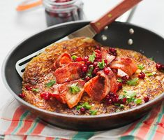 Rårakor är svensk husmanskost när den är som bäst. Rårakorna steks gyllengula och serveras med lingonsylt och fläsk. Rårakornas lyxvariant är med ingredienser som löjrom, lök och gräddfil.