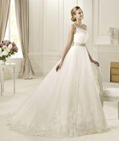 Vestido de novia con escote asimétrico y cinturón con pedrería