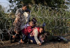 August 2015 : Hungary erected a barbed wire fence along its borders to control the influx of thousands of migrants seeking refuge in Europe.Syrian migrants cross under a fence into Hungary at the border with Serbia, near Roszke. Refugees In Europe, Help Refugees, Syrian Refugees, James Nachtwey, Moving Photos, Steve Mccurry, Refugee Crisis, Robert Doisneau, World History